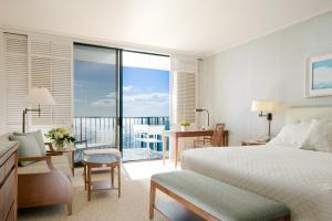 【青い海が目の前に広がるオーシャンフロントの客室】穏やかな海の色の移り変わりをずっと眺めていたい、海に面したゲストルーム。