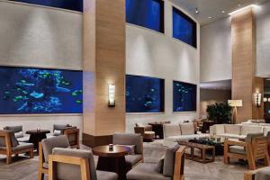 【ホテルロビー】100万リットルの水槽に泳ぐ熱帯魚がゲストをお迎え。