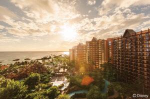 【オアフ島の西海岸、人気リゾートエリアのコオリナ地区に2011年に誕生したディズニーリゾート】ホテル前には穏やかなビーチが広がり、ウォータースライダーや流れるプール、色鮮やかな魚とシュノーケリングを楽しめるレインボー・リーフ、落ち着いた18歳以上向けプールなどウォーターアクティビティも充実。