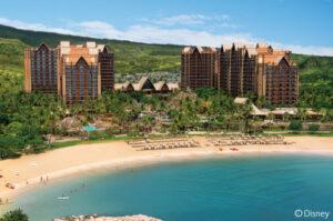 【大人から子どもまで訪れた人をワクワクさせ楽しませてくれる、リピーターも多いホテル】ハワイ伝統のロミロミはもちろん、幅広いメニューが揃うスパには利用者向けにジャグジーやサウナ、リラクゼーションルームもあるので十分に時間をとってくつろぎたいスポット。3〜12歳対象のキッズ向けサロン「ペインテッド・スカイ:ハイスタイル・スタジオ」も新登場しています。