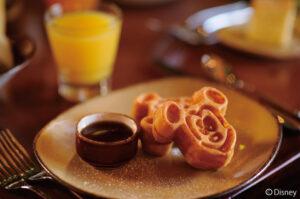 【毎朝キャラクター朝食が開催されるレストラン「マカヒキ」】ミッキー型のワッフルなどが並ぶ人気のビュッフェレストラン。気軽に食事を楽しめるカフェテリアやバーにもディズニーらしい遊び心がちりばめられています。