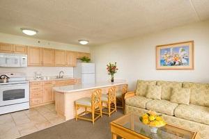 【全室フルキッチン付き】全室コンドミニアムスタイルの1ベッドルームスイートで、フルキッチンやプライベートラナイ(バルコニー)、WiFiも完備しています。