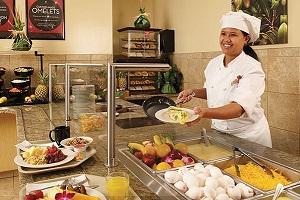 【無料の朝食ビュッフェ】滞在中の朝食を毎日お楽しみいただけるよう、お客様のお好みの食材とともにシェフが目の前で調理する卵料理をはじめ、和食、洋食、新鮮なフルーツなどさまざまな料理を取り揃えております。