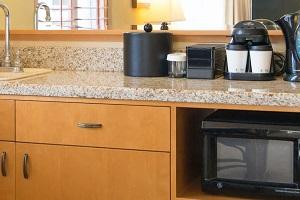 【リビングルーム】全客室にミニシンク、電子レンジ、冷蔵庫が完備されています。