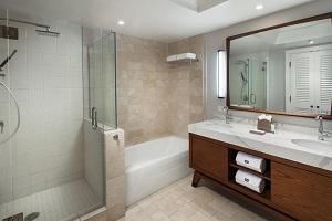 【バスルーム】 水圧をお好みに合わせて調整できるヘブンリーシャワーと天井にあるレインシャワーで体の疲れが取れてリラックスできます。バスタブとシャワーブースが分かれており、洗面台は女性に嬉しいダブルシンクでゆったりとお過ごしいただけます。