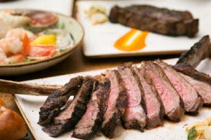 【バリステーキ&シーフード】レインボータワー2階にあり、ビーチに沈む美しいサンセットとお肉が人気なレストラン