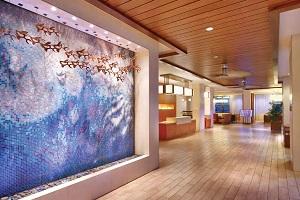 【ロビー】ハワイの風を感じられるような作りです。モダンなカフェでハワイのゆったりした時間を過ごすにはぴったりの空間です。