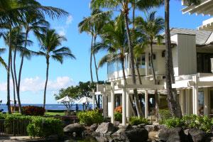【上品で落ち着いたリゾート滞在を満喫】ハワイのラグジュアリーホテルの中でも特に広めの約51平米という客室にはこだわりを持って選ばれた洗練された調度品が揃い、上品で落ち着いたリゾート滞在を満喫できます。