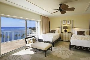 【オーシャンビューラナイルーム】見事な太平洋を見晴らせるだけでなく、最高級の「カハラ・シック」スタイルの装飾、床から天井まである大きな窓、豪華なバルコニーに備え付けられたラウンジ家具でおくつろぎいただけます。