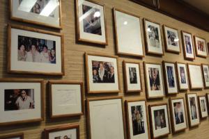 【著名人にも愛されてきたホテル】ホテル内にもカハラを愛する数々の大統領やスターの写真が飾られ、その歴史を感じることができます。