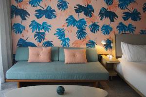 【レトロで可愛いいお部屋】モンステラの壁紙やアメニティをはじめとするレトロで可愛い要素がいっぱいの女子心をくすぐるホテルです。