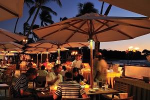 【クラムベイク】 星降るビーチサイドでロマンティックな雰囲気の中、海鮮ブッフェをお楽しみいただけます。屋外でのお食事なのでハワイの空と風と一緒に海の幸をぜひご堪能ください!ケアホレ・メインロブスター、お刺身、海老、蟹の爪、牡蠣、ムール貝、蛤など、お好みのシーフードセレクションの他に、プライムリブや贅沢なデザートバーもございます。