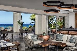 【コッパーバー】 レストランからのカウナオア湾の素晴らしい眺めはそのままに、上階にあるロビーから自然の光が入ってきて、親しみやすくくつろげる雰囲気です。店内に飾った銅版とマリンロープも、その雰囲気にしっくり馴染んでいます。