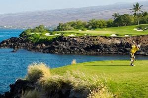 【マウナケア・ゴルフコース】海越えの3番ホールが有名なマウナケア・ゴルフコースはゴルフ好きなら必ずプレーしたい名門コースです。サーフボードに乗る感覚で操作できるゴルフボードは、従来のゴルフカートに比べコスへのダメージも少なく、プレー時間のスピードアップにも繋がります。