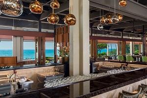 【マンタ】 朝食とディナーをご用意するファインダイニングレストランです。オープンエアーで屋内外に席をご用意しています。朝の爽やかな風を感じながら、カウナオアベイを見渡すお席で朝食ビュッフェをお楽しみください。