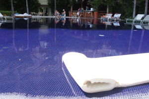 【サンセットプール】プールサイドバーもある大人の方を対象としたトロピカルな雰囲気のプール