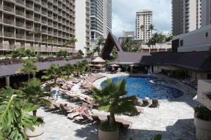 【レストランも充実】毎晩18:00~21:00までハワイアンライブが楽しめるプールサイドレストラン&バー「カニカピラグリル」はフラをされる方、ハワイアンミュージックがお好きな方に好評です。