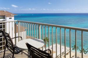 【ワイキキビーチを一望】オンザビーチにお泊りの際におすすめしたいのが、やはりオーシャンビューのお部屋。バルコニーで開放感を感じながらハワイを満喫できます。