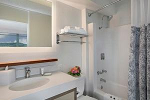 【バスルーム】バスタブ付シャワーをご利用いただけます。※風呂栓は貸出しとなります。必要な場合はチェックイン時にお申し出ください。