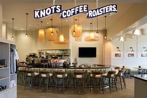 【ノッツ・コーヒー・ロースターズ】リラックスした雰囲気漂うオープンエアのロビーでは、ノッツ コーヒー ロースターズによるバラエティに富んだドリンク、軽食メニューを提供しております。