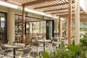 【デック】ホテル3階、プールの隣に位置するデックでは、ブレックファーストからディナーまでハワイの味にインスピレーションを受けたアメリカ料理を、雄大なダイヤモンドヘッド、緑豊かなカピオラ二公園を眺めながらお楽しみいただけます。