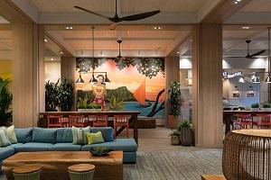 【ロビー】ホテル内では本物のハワイ文化が公共スペースを彩っています。ロビーに展示されたハワイのアーティストによる大型作品をご覧ください。