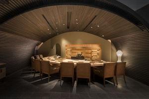 【すし匠】有名なすし職人、中澤圭二氏によるレストラン「すし匠」では、見事なカウンターを備え、日本酒もお楽しみいただけます。
