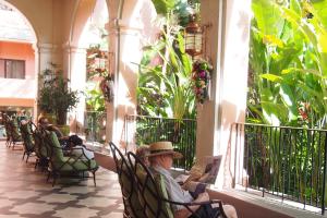 【ハワイの美しい植物がみられるガーデン】ゆったりと過ごしたくなる、心地よい風を感じるホテル内