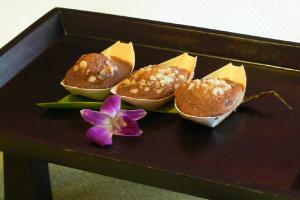 【ご到着日のおもてなし】ご到着日のフラワー・レイとバナナナッツ・ブレッドのサービスでおもてなし。