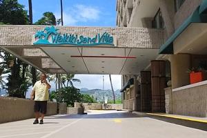 【立地もコスパも良いホテル】ワイキキ・サンドビラ・ホテルは、ワイキキビーチまでわずか2ブロック、お買い物やお食事に便利。
