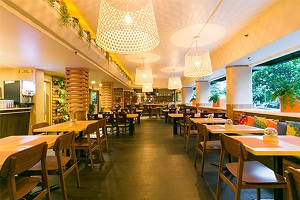 【サンドバー&グリル】 新鮮で、素材のよさを生かし、地元の人々の食事にインスパイアされた美味しいアメリカ料理、アジア料理がメニューにならびます。