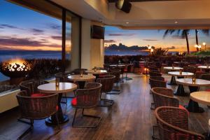 【ラムファイヤー】オーシャンフロント・レストラン&バー「ラムファイヤー」。ここでは、ワイキキビーチから吹く爽やかな風を感じながら、美味しいディナーやラム、カクテルをご堪能いただけます。