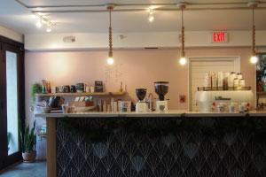 【おしゃれなコーヒースタンド】カイルアの高感度セレクトショップ「オリーブ&オリバー」や併設するコーヒースタンドもホテルの世界観に合ったセレクションでホテルとのコラボレーショングッズもオシャレで注目です。