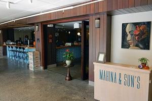 【マヒナ&サンズ】ホテル内レストラン「マヒナ&サンズ」はカイムキの人気レストラン「タウン」のシェフがプロデュースし、連日ロコからも大人気。オシャレなだけではなく、オーガニック食材を用いた繊細な料理はホテル宿泊者でなくても味わいたいものです。