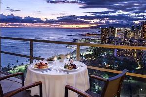 【ルームサービス】景色の良い広々としたラナイでのルームサービスディナーは、プライベート感たっぷりです。