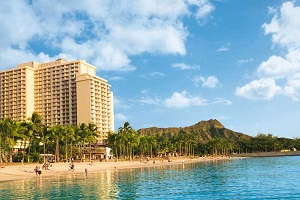 【ビーチフロントホテル】ワイキキの中心カラカウア・アベニューに位置し、ワイキキビーチを見下ろすビーチフロントホテルです。
