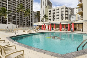 【プール】ホテル3階の広々としたプールデッキは、レストラン「ティキズ グリル & バー」のすぐ前にあります。カラカウア通り越しに美しく広がるワイキキビーチをご覧いただけます。