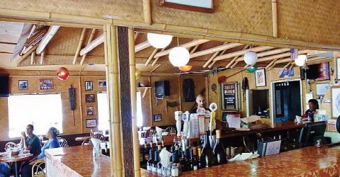 【タヒチ・ヌイ Tahiti Nui】ハワイアンライブミュージックもあるレストラン。バーも併設されています。