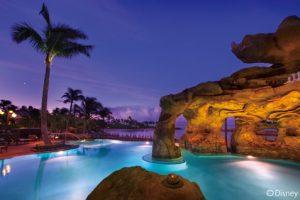 【カ・マカ・グロット】美しいコオリナ・ビーチを見渡せるインフィニティ・エッジのプールで泳いだり、遊んだり、リラックスしたら、日没後はライトアップできらめくイルミネーション体験をお楽しみください。