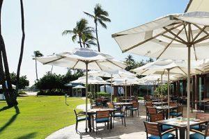 【プルメリアビーチハウス】ホテル内の海が見えるレストラン「プルメリアビーチハウス」心地よいオープンエアのレストランでは特に朝食のビュッフェが大人気。