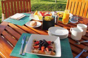 【プルメリアビーチハウス 朝食】そのメニューの豊富さには驚かされるほど。ワイキキで滞在する人もここでの朝食を楽しみに訪れる方も多いです。